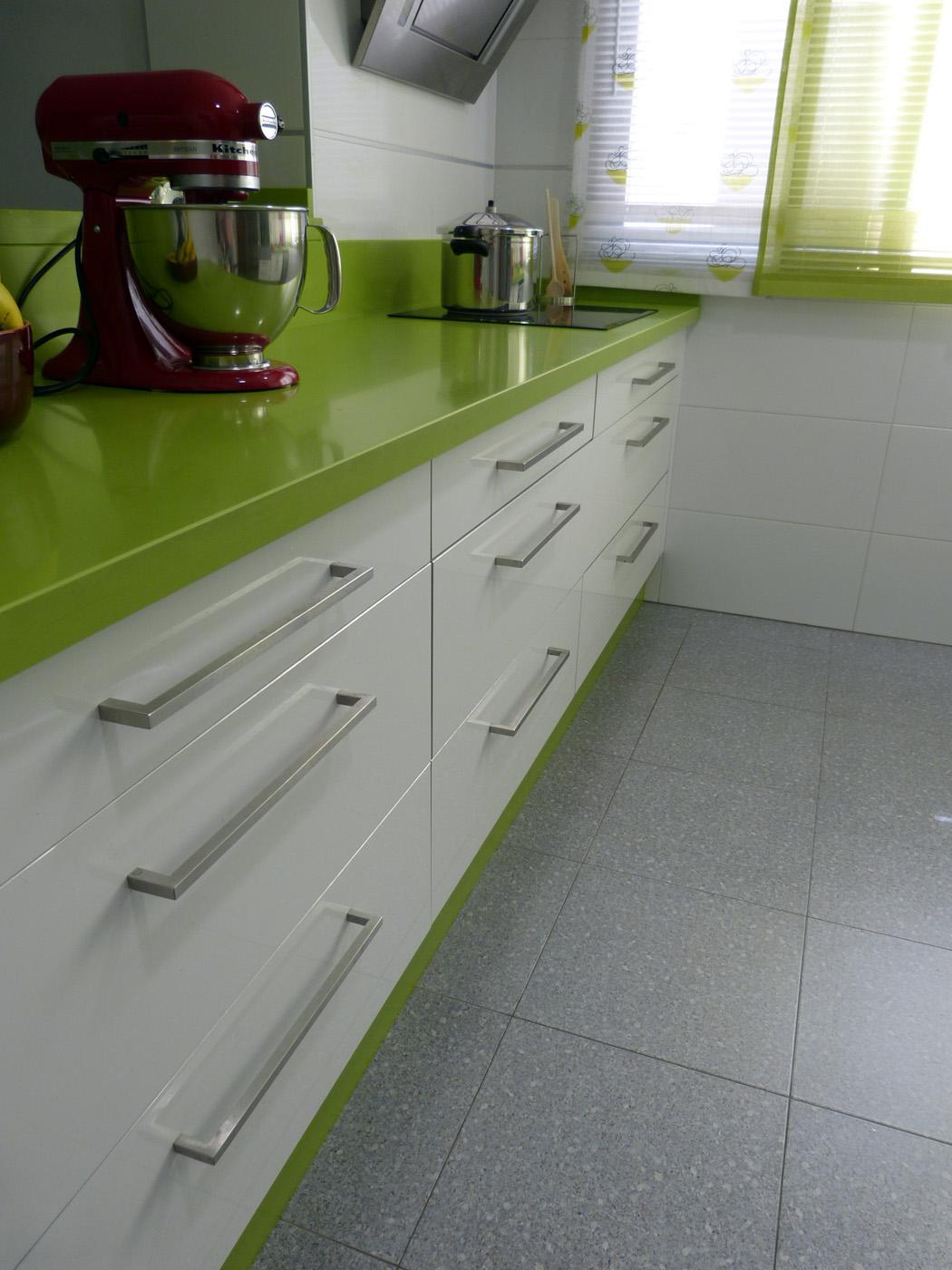 Renueva el look de tu cocina cambiando los tiradores lamiplast - Lamiplast cocinas ...