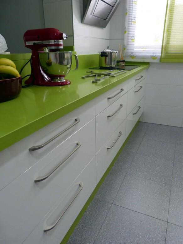 Renueva el look de tu cocina cambiando los tiradores for Muebles de cocina lamiplast